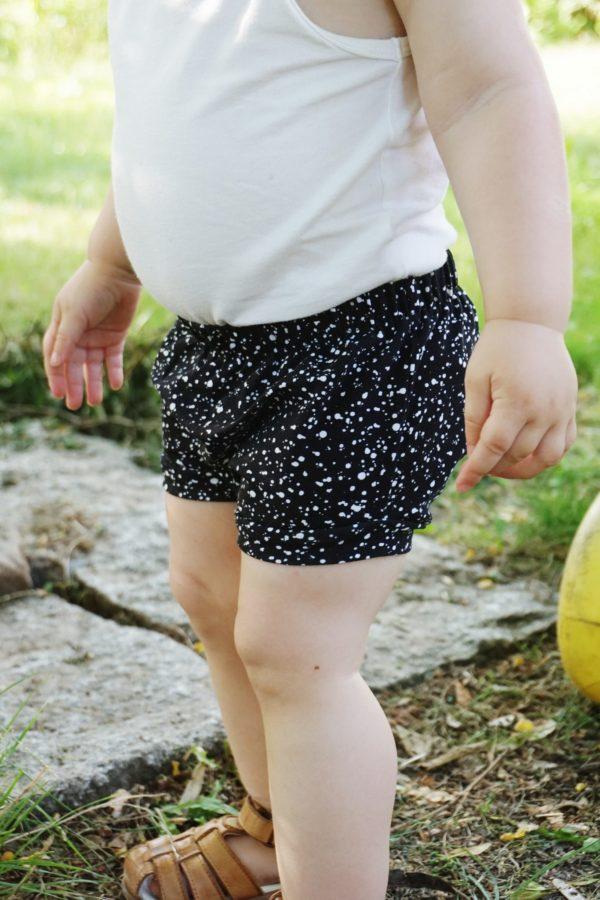 Kind trägt Bummies - Splashes black