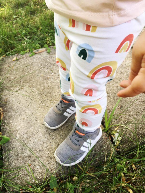 Kind trägt Rainbow Leggings
