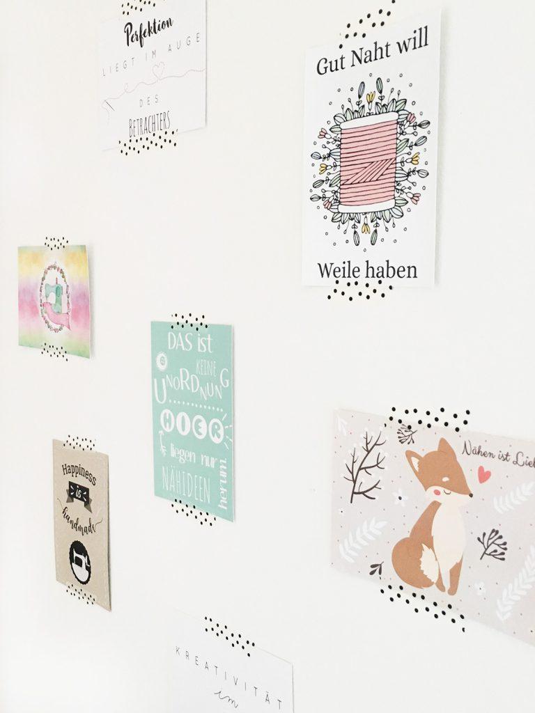 Postkarten an der Wand