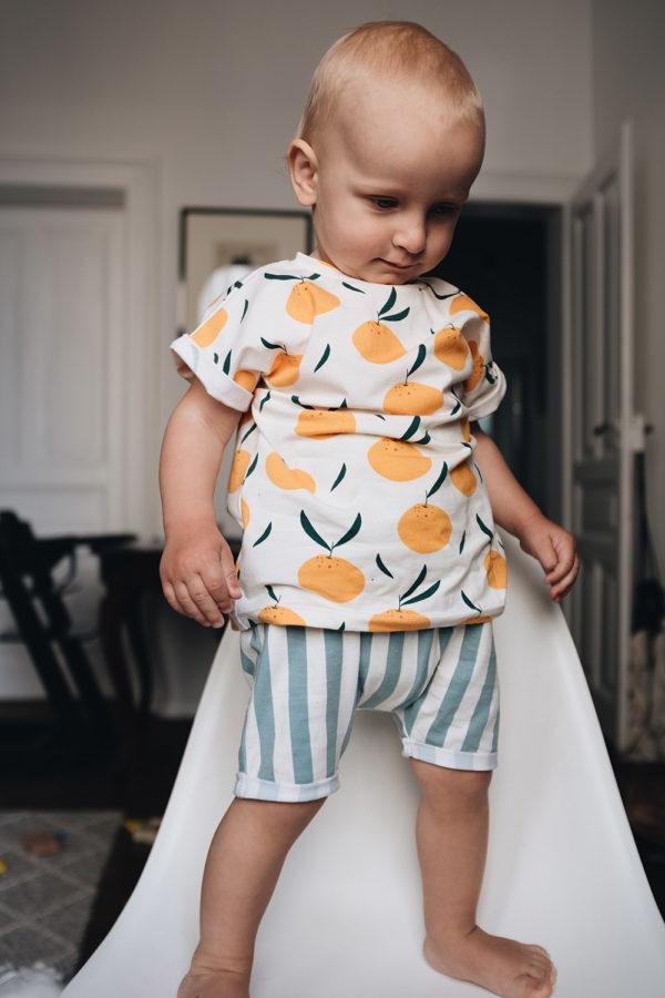 Mini-Model Paul trägt die Harem Shorts